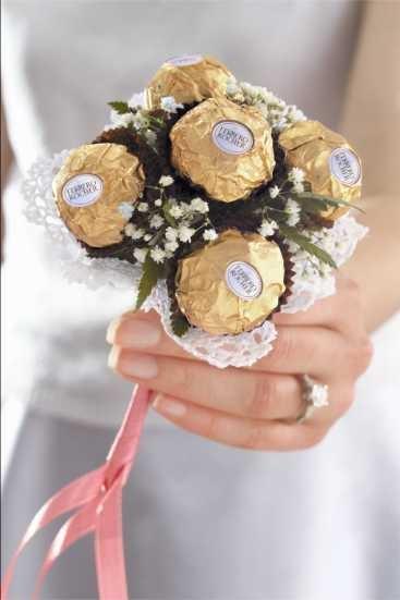 Ainda não sabe o que escolher de lembrancinha para o seu casamento? Os mini buquês de Ferrero Rocher agrada a todos os gostos, além disso tem tudo haver com a festa: são doces e meigos! www.facebook.com/blacktienoivas