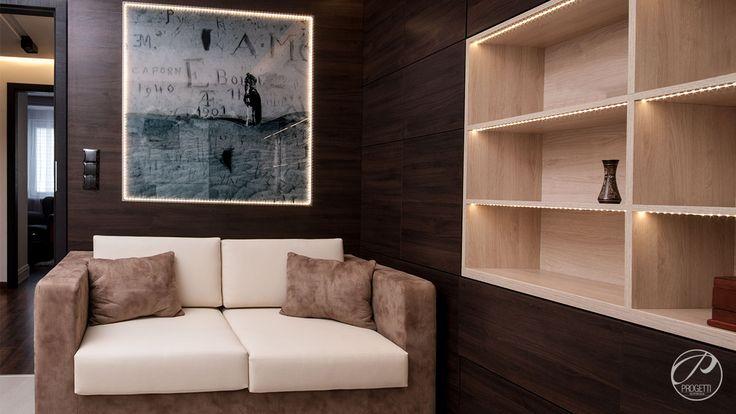 Apartament w Łomiankach  Przestrzeń do wypoczynku. Wykonane na zamówienie meble wpisują się w przyjęty koncept kontrastowego zestawienia barw, idealnie podkreślają klimat wnętrza. Progetti Architektura