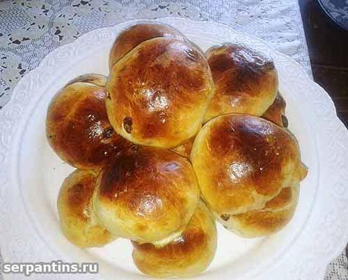 готовые булочки с изюмом