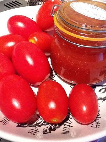 Du behöver ca 1 kg solmogna tomater. Jag använde röda och gula. 1 gul lök finhackad 2 hackade vitlöksklyftor 1/2 dl äppelcidervinäger 1/2 dl tomatpure 1/2 dl farinsocker 1 msk worcestsås 1 tsk salt Nymald peppar