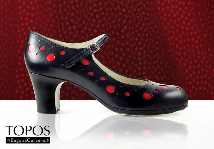 https://www.tamaraflamenco.com/es/zapatos-de-flamenco-profesionales-4 Zapato profesional de flamenco Begoña Cervera Modelo Topos piel negro topos rojos