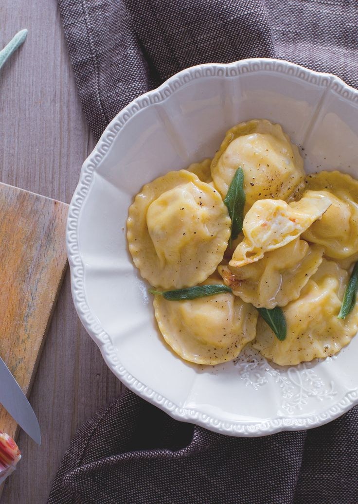 Tortelli di patate e pancetta con burro e salvia: raffinati e saporiti. Perfetti per stupire i tuoi ospiti! Tortelli stuffed with potato and bacon