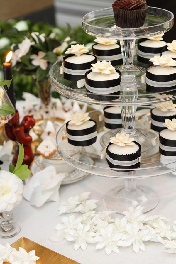 Mini tartas de boda en tonos blancos y negros