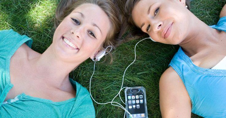Cómo usar un iPhone sin activar como un iPod. Los antiguos modelos de iPhone, como el 3G y 3GS, todavía ofrecen bastante uso, incluso si ya no los utilizas como teléfonos celulares. El acceso a las capacidades de iPod te permitirá tener un reproductor de música portátil. Esto se puede realizar con activación de servicio o sin ella. Por supuesto, si tienes un antiguo iPhone que fue previamente ...