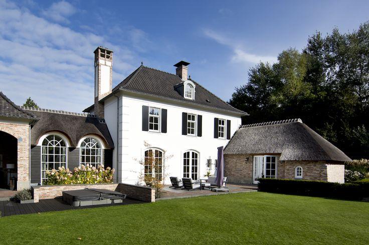 Klassiek woonhuis - pannen - riet - stucwerk - gevelisolatie - lijstwerk - lijsten - strikotherm - helmond - wit - stenen