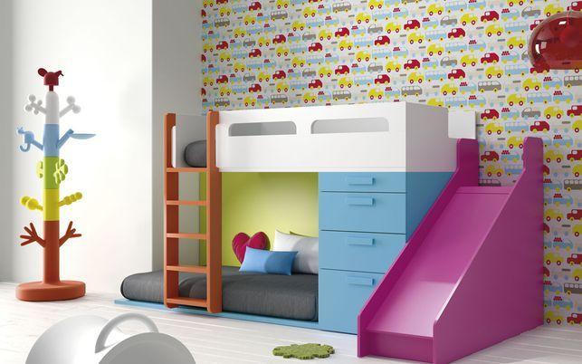 Divertida litera infantil con tobogán y colores alegres para que se sientan de maravilla.