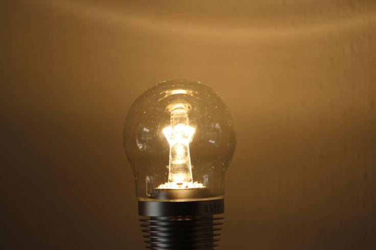 Die Glühlampe ist tot - es lebe die Glühlampe!   Für alle schönen Leuchten, wo es auf das Erscheinungsbild des Leuchtmittels ankommt, wird es mit herkömmlichen Sparlampen und LED oft sehr schwierig.  Da hat qinio® jetzt eine geniale Lösung gefunden.   Durch den speziellen Lichtleiter aus optischem Material steht die neue qinio® FBS70500A einer 60-Watt-Glühlampe in nichts nach. Sie ist sogar auch dimmbar erhältlich.