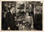1951. Escena de la película 'Me quiero casar contigo' del director Jerónimo Mihura, interpretada por Fernando Fernán Gómez. Está ambientada en uno de los centros de Galerías Preciados.