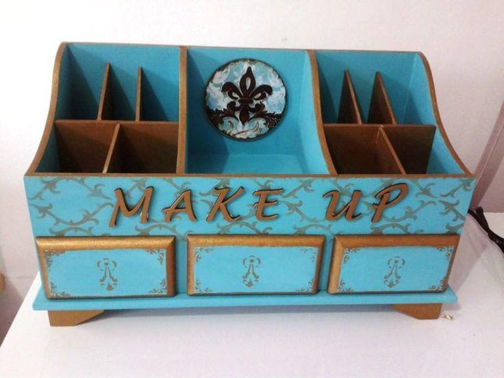 Linda caixa de maquiagem com três repartições e três gavetinhas que são um charme! <br>A palavra MAKE UP em mdf e o aplique desenho flor de lis dão um acabamento delicado e sofisticado a peça. <br>Excelente presente!!!