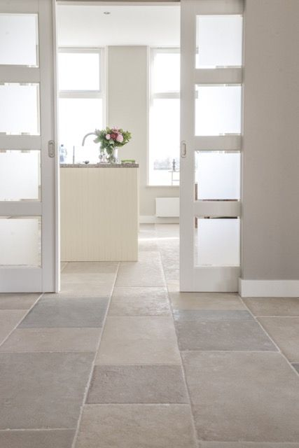 Woonkeuken landelijke stijl   bourgondische dallen St. Emelion   natuursteen vloer  French Limestone Pierre de France   kersbergen.nl