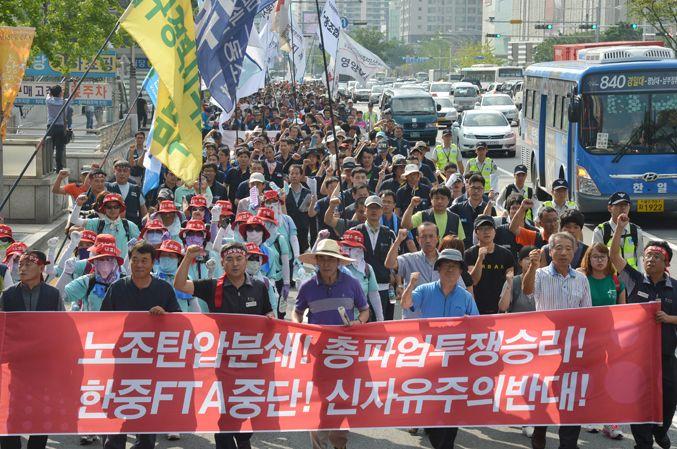 [포토뉴스] 민노총 총파업 가두행진