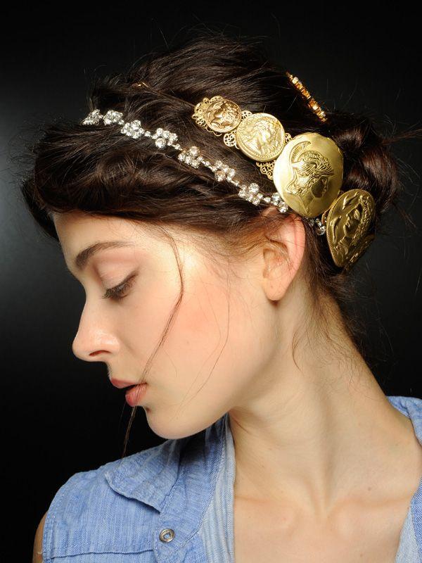 Haare nach hinten binden