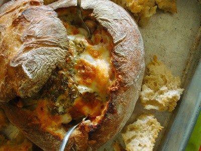 Gefülltes Brot mit Speck und Garnelen … 1 TL Oregano, 1 Lorbeerblatt, 1 Kugel Mozzarella, 1/2 Zwiebel, gehackt, 1 reife Tomate, 100g leicht geräucherter Speck in Streifen schneiden, 1/2 Tasse…