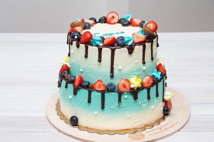 """Můj den v neděli jako obvykle začíná s přípravy sladkosti. Když jsem se zdobila tento dort moje dcera přišla a řekla: """"To ne to je skvělý dort!"""" Myslím že toto je přesné hodnocení. Bez mála 35 kg. vanilkové-jahodového štěstí k 10. narozeninám roztomilé Sofii.  Мой воскресный день уже как обычно начинается со сладкого. Когда я украшала этот торт моя дочка подошла и сказала: """"Ого какой торт"""". Мне кажется это самая точная оценка. Почти 35 кг ванильно-клубничного счастья на 10-летие милой Софии…"""