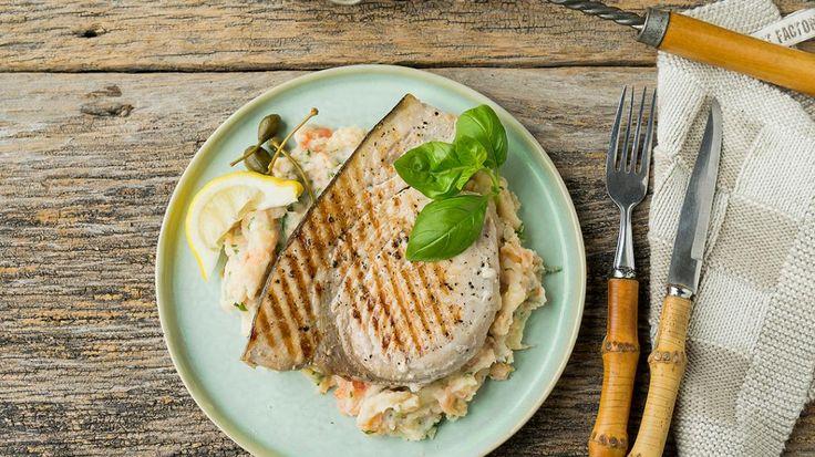 Gegrilde zwaardvis met aardappel-tomaat-kappertjes en basilicumstoemp | VTM Koken