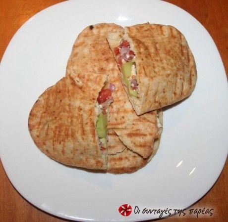 Σάντουιτς χωριάτικης σαλάτας μέσα σε κυπριακή πίτα