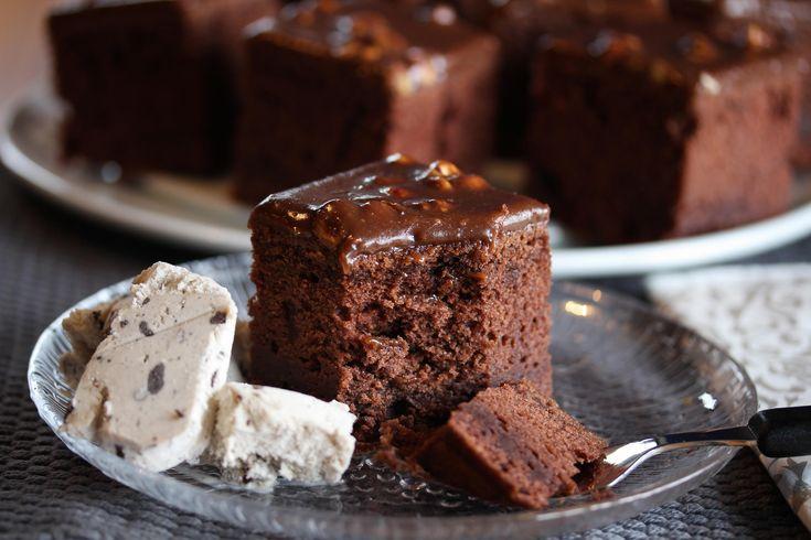 Ingenting slår en kjempesaftig og smakfull sjokoladekake!    Denne kaken er meget rask å lage fordi deigen bare skal røres sammen. Rømmen gjør kaken ekstremt myk og saftig, og Firkløversjokoladen gir mild og deilig sjokoladesmak på glasuren!    Oppskriften er til liten langpanne. Ønsker du større kake, er det bare å doble oppskriften og bruke stor langpanne.    Oppskrift og foto: Kristine Ilstad/Det søte liv.