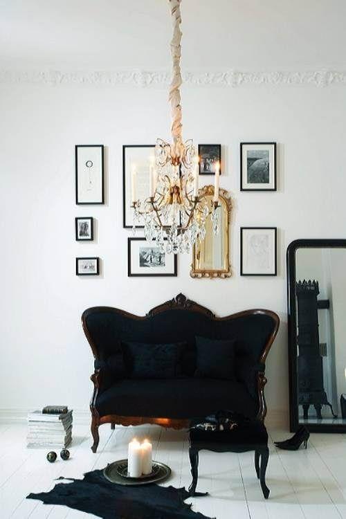 Parete bianca, divano e cornici nere  Foto pinnata da Vicki Horton