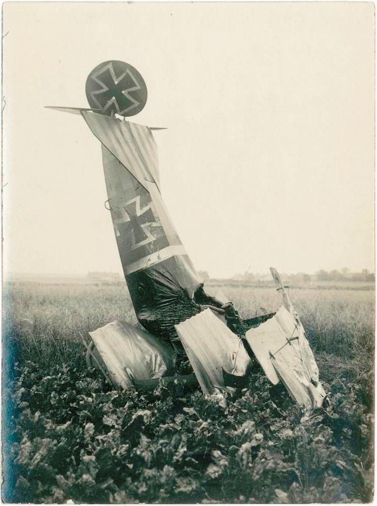 A écrasé allemand Fokker triplan, dans un champ de betteraves, près de Famars, Valenciennes, pendant la Grande Guerre. A crashed German Fokker Triplane, in a beet field, near Famars, Valenciennes, during the Great War.