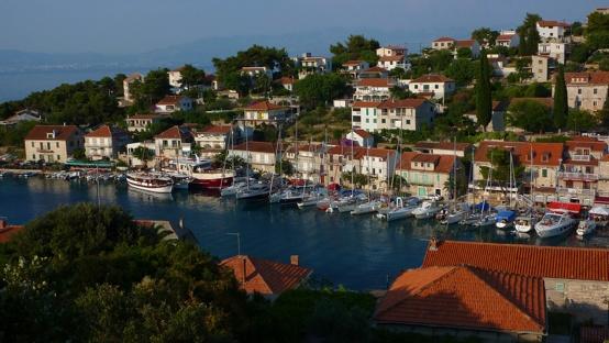 Otok Solta: Stomorska    http://www.c-iyc.com/CIYC/Harbours/Entries/2012/10/29_Otok_Solta__Stomorska.html#