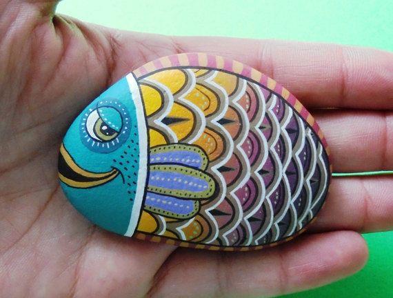 Geschilderde steen kleurrijke vissen Is van RockArtAttack op Etsy