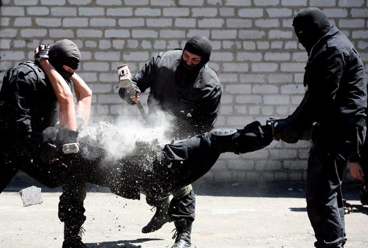 Украинские полицейские демонстрируют свои навыки во время обучения в следственном изоляторе в Артемовске примерно в 120 км к северо-востоку от Донецка, 19 июля 2012 г. AFP PHOTO/ALEXANDER KHUDOTEPLY