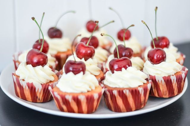 Cup and Cakes: Morellcupcakes med kremostfrosting