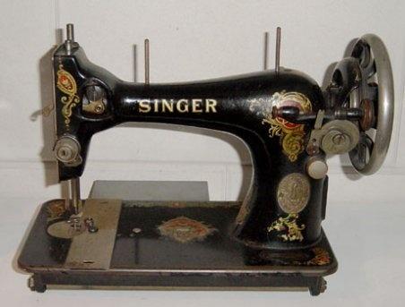 jaren 50 naaimachine, mijn moeder gebruikte deze nog in de jaren 70. Ook onze moeder had zo`n machine . mijn zus heeft hem geerft.