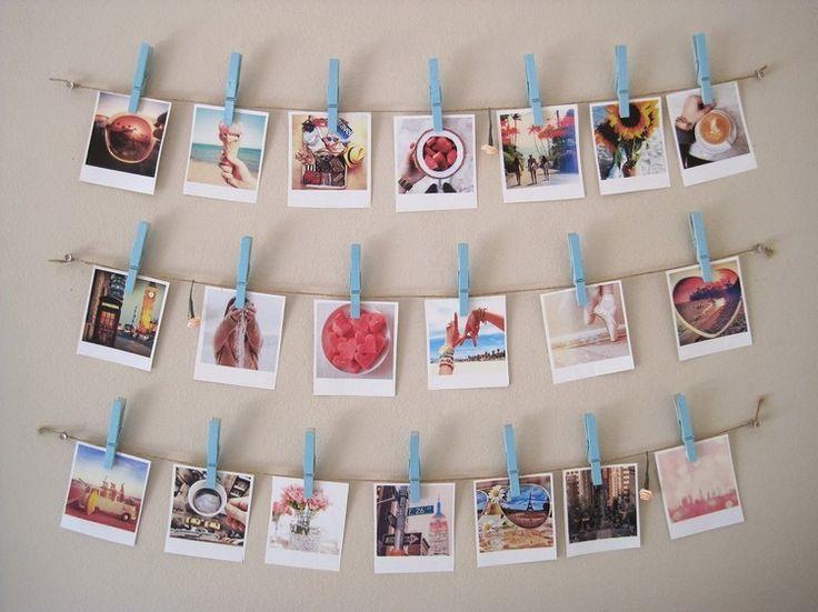 pêle mêle photos à faire soi-même en photos et images découpées accrochées à la corde à l'aide de mini-pinces à linge en bois peint bleu