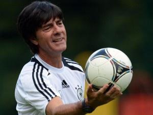 Für Bundestrainer Joachim Löw ist das internationale Topniveau Maßstab für sein Team. (Foto: Peter Steffen/dpa)