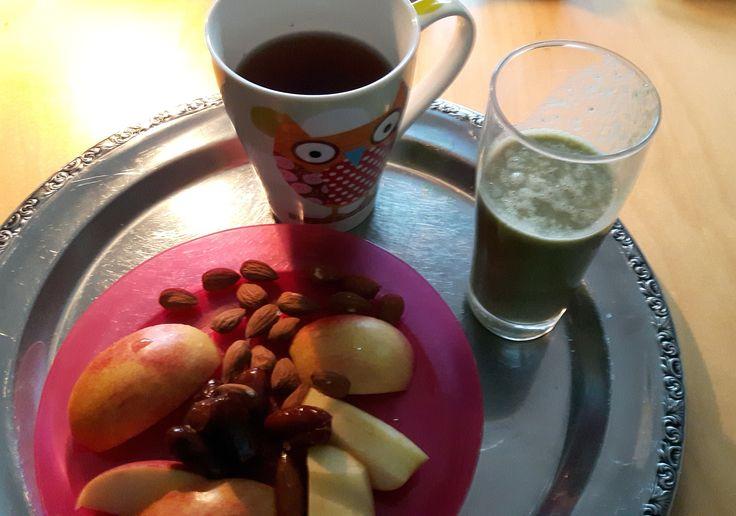 Für den kleinen Bürohunger zwischendurch! Eine Tasse Chai, ein Teller mit Apfelschnitzen, Datteln und Mandeln und ein GreenPower Smoothie.  Zutaten für das Smoothie: - 1 Handvoll Spinatsalat oder Blattspinat - 1 Banane - 1 Handvoll Pinienkerne - Wasser - Honig nach Belieben