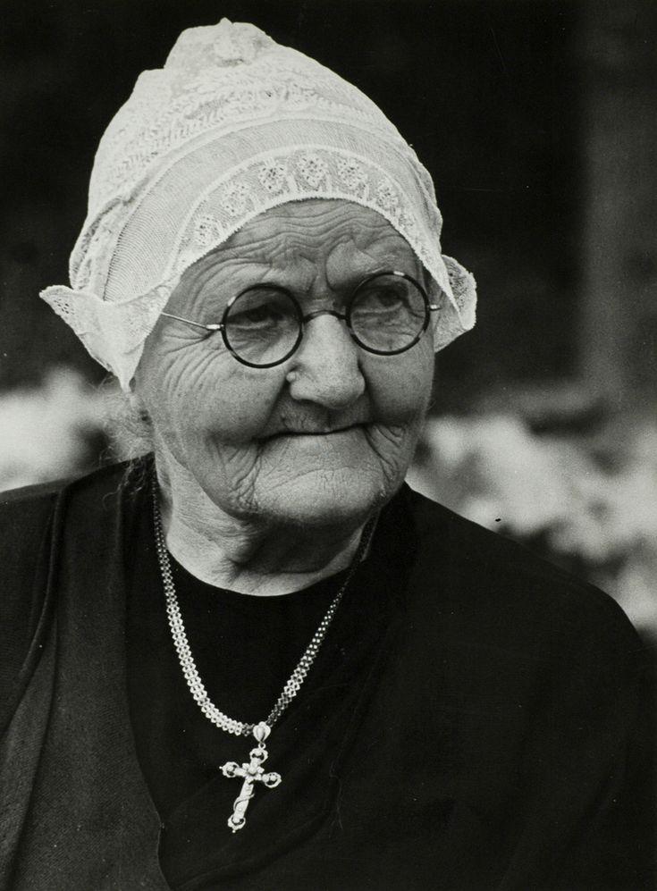 Bejaarde vrouw in klederdracht met kapje op