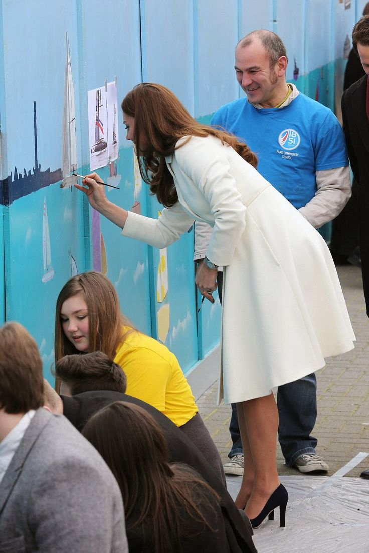 The Duchess risked getting her cream coat dirty when she joined local youngsters to help paint a maritime themed mural