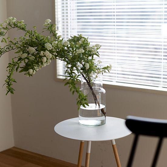 枝ものがちょうどいい!テクニックのいらないガラスの花瓶枝ものを素敵にインテリアに取り入れられる、ガラスのフラワーベースが届きました!再利用ガラスを使用しているため少し緑がかった色合いで、素材の風合いを感じられます。お花を飾るのはもちろんですが、買ってきた枝ものをサッと活けるだけでサマになる頼れるアイテムですよ。シンプルなシルエットで、大きめサイズだから飾りやすいストレートなラインがすっきりとした印象で、どんな植物も自然に活けることができます。開口部は直径11cm、高さは26cmとすこし大きめサイズなので、