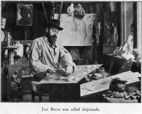 Portret van edelsmid Jan Hendrik Brom (1860-1915), een reliëf drijvende in het atelier van Edelsmederij Brom (Drift 15) te Utrecht, 1910