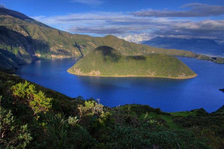La lagune de Cuicocha, formée dans une caldera