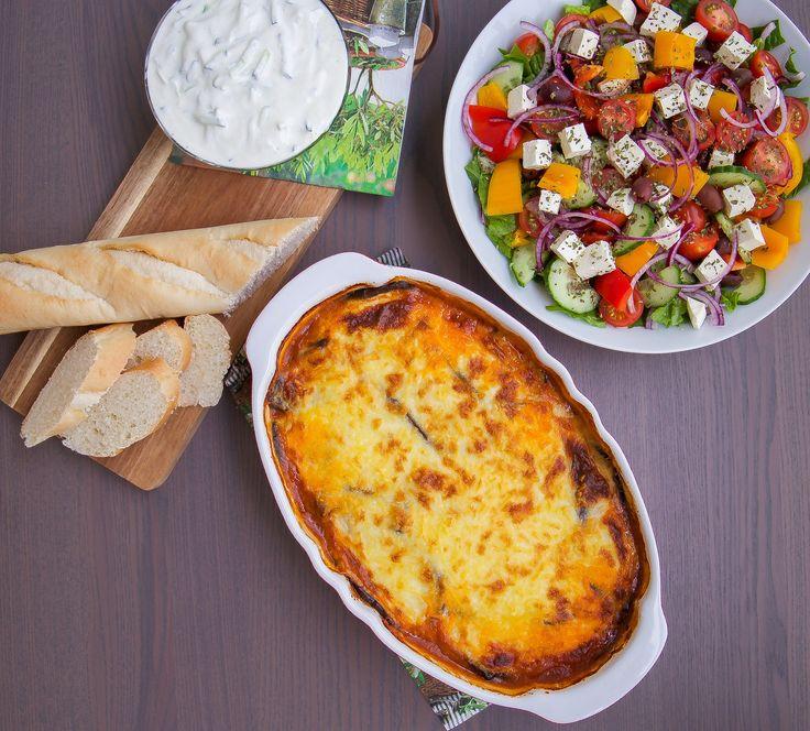 Moussaka- Greklands version av lasagne! En mustig och underbar rätt med härliga smaker. Den passar utmärkt som en vardagsrätt eller när man får gäster. Servera med en bit bröd, en grekisk sallad, tzatsiki och du har en riktig festmåltid.
