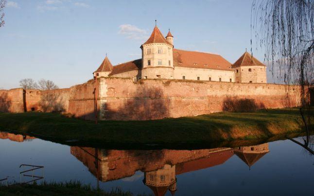 FOTO VIDEO Cum a ajuns Cetatea Făgăraş în topul celor mai frumoase din lume: Povestea temniţei care a găzduit balurile preferate de Mihai Vi...