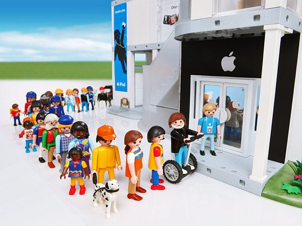 Playmobil, in de rij voor de iPhone 5:-)