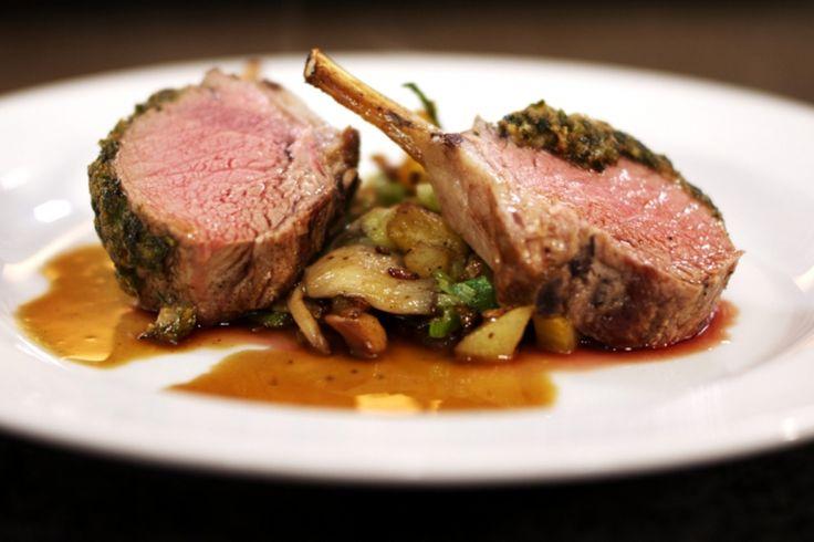 Een lamskroon is het favoriete stukje vlees van heel veel mensen. Het is mals en ziet er tegelijk altijd feestelijk uit. Bovendien is peuzelen toegestaan. Jeroen stopt de lamskroon in de oven met een heerlijke kruidenkorst, hij serveert daarbij een aardappel-groentegarnituur en een zalig portosausje.