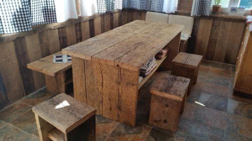 bieten eine essgruppe bestechend aus tisch 3 hocker und zwei banke aus altholz fichte tisch. Black Bedroom Furniture Sets. Home Design Ideas