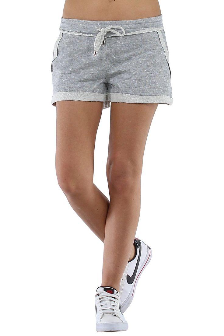 Chica quitándose los pantalones cortos 6