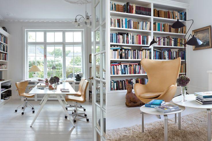 Los sillones 'Egg' de Arne Jacobsen están tapizados en el mismo cuero que las sillas 'Oxford' del escritorio (todo de Fritz Hansen).  /Daniel Karp