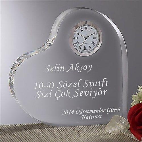 Kişiye özel akrilik kalp ödülü ile öğretmeninize hiç unutamayacağı bir sürpriz yapabilirsiniz. Cam görünümündeki bu ödüle 40 karaktere kadar dilediğiniz yazıyı yazdırabilirsiniz. Ürün detayları için:http://www.buldumbuldum.com/hediye/ogretmene-ozel-akrilik-kalp-saat/