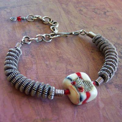 """Conheça o The Coiling Gizmo: O """"The Coiling Gizmo"""" é uma ferramenta essencial para alguns tipos de trabalhos de bijuterias feitas com arame ou fios copper."""