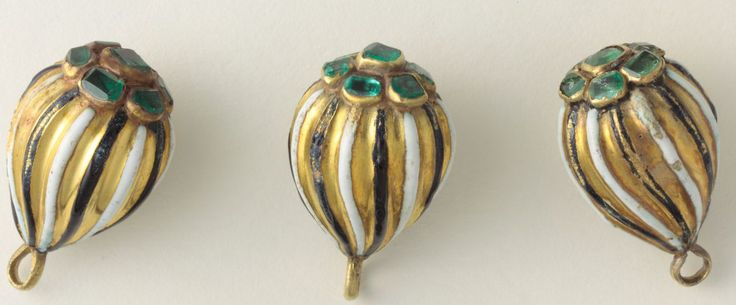 Guzy do kontusza złote, spiralnie kanelowane, ozdobione emalią , kameryzowane szmaragdami ułożonymi w rozetę, koniec XVII w., Muzeum Narodowe w Warszawie