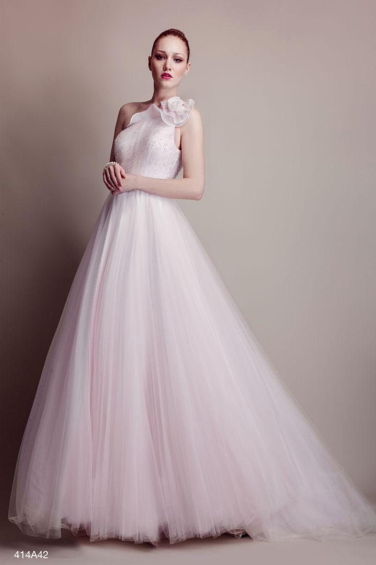 Romantico abito a balze in tulle doppiate in organza, con fascia in vita a contrasto e inserti di pizzo francese.
