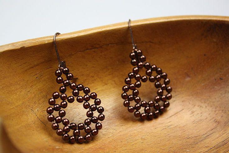 Mit Draht und Perlen kann man tolle Ohrringe fädeln. Wie Du Ohrringe selber machen kannst, erfährst Du in dieser Anleitung - gleich ausprobieren!