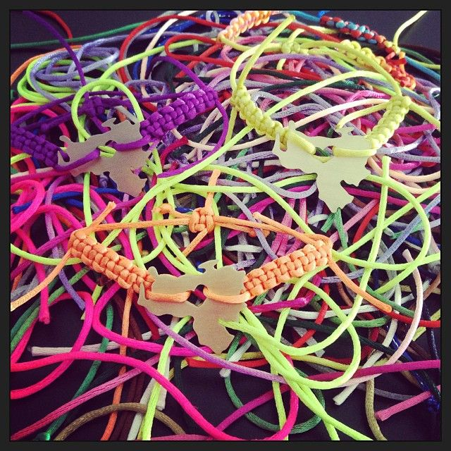 Colores que alegran la vida y hacen lucir hermosas las pulseras de Venezuela.