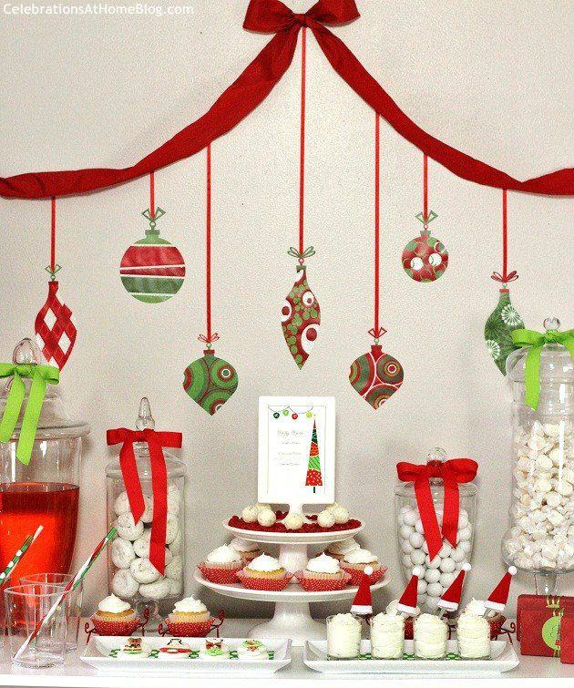 Ideas para decorar una mesa de postres de navidad con colores rojo y verde.